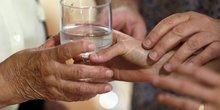 aide à la personne soin aide-soignant infirmière senior vieux personnes âgées service d'aide et d'accompagnement à domicile