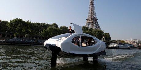 Le taxi volant de la startup française SeaBubbles vole au-dessus de la Seine, à Paris, durant une démonstration, le 22 mai 2018