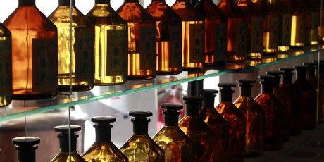 Des flacons de verre contenant des essences de parfum dans le laboratoire de fabrication de parfum Galimard à Grasse
