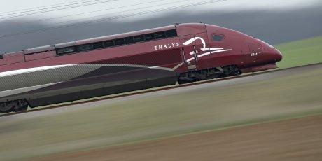 Un TGV Thalys sur des rails au nord de Paris se dirige vers Bruxelles