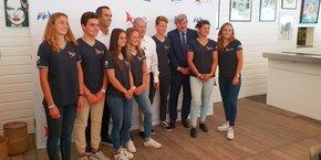 Le navigateur A. Le Cléac'h, P.-E. Despierres (Ligue de Voile Occitanie) et P. Chauvois (BPS) au milieu des 7 talents retenus pour la Team Voile BPS