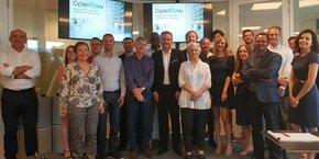 Le fondateur d'OpenFlow, S. de Charentenay, entourés de ses investisseurs et partenaires