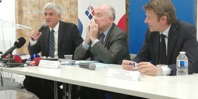 L'association Territoires unis regroupe l'association Régions de France présidée par Hervé Morin (à gauche), l'assemblée des départements de France présidée par Dominique Bussereau (au milieu) et l'association des maires de France (AMF) présidée par Fran?ois Baroin.