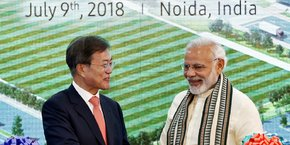 Narendra Modi, le Premier ministre indien (à droite) et Moon Jae-in, le président sud-coréen, se sont félicités, le 9 juillet, du nouvel investissement de Samsung.