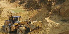 Une pelleteuse en train d'extraire des terres rares.