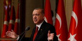 Déjà à l'agonie depuis plusieurs jours, la devise turque s'est effondrée de 19% par rapport au dollar sur la journée de vendredi.