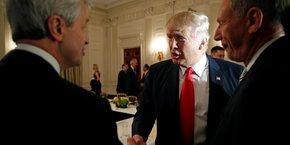 Jamie Dimon (à gauche), le patron de JPMorgan Chase, et Donald Trump -dont il est un fervent soutien- se serrant la main, lors d'un réunion stratégique avec les dirigeants des grandes entreprises à la Maison Blanche le 3 février 2017.