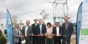 Les représentants de Perpignan Méditerranée Métropole, GRDF et Veolia, devant le site de purification biogaz au sein de la station d'épuration de Perpignan.