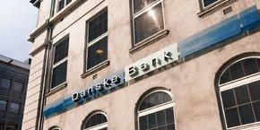 Pour l'agence Moody's, « la perspective négative reflète les risques pouvant découler d'autres enquêtes et d'amendes réglementaires potentielles, en plus du processus de rétablissement de la confiance avec les clients, les investisseurs et les contreparties ».