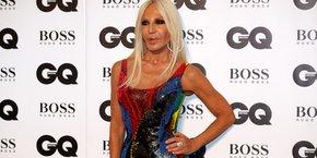 Donatella Versace, dirigeante de la maison de haute couture Versace, lors de la cérémonie des Hommes de l'année du magazine GQ (GQ Men of the Year Awards) à la galerie Tate Modern à Londres, le 5 septembre 2018.