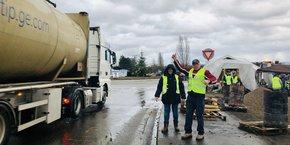 Près de la frontière, les gilets jaunes alsaciens acclament le passage des camions étrangers. Opposés à la libre circulation des salariés européens, ils revendiquent le retour des contrôles à la frontière avec l'Allemagne.