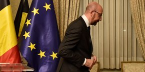 Avec le départ de la N-VA, poids lourd de la coalition belge, Charles Michel, un libéral, prend la tête d'un gouvernement de centre droit sans majorité au parlement, à cinq mois des prochaines élections législatives prévues fin mai. (Photo : le Premier ministre belge vient d'achever sa conférence de presse, samedi 8 décembre 2018.)