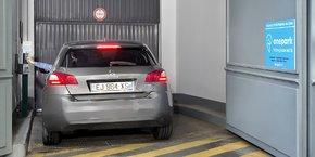 La startup française Onepark, surnommée le Booking.com des places de parking, vient de lever 15 millions d'euros auprès de AccorHotels, ADP et Keolis.