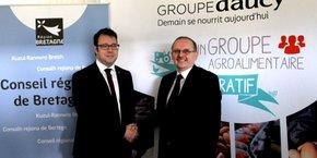 « La région investit pour accompagner le développement du groupe D'Aucy et de ses 9.000 agriculteurs » a indiqué Loïg Chesnais-Girard, le président du conseil régional de Bretagne lors de la conférence de presse chez Cocotine PEP. Ici, au côté de Serge le Bartz, président du groupe D'Aucy.