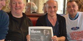Denis Barthe, Philippe Poutou et Gilles Lambersend avec la nouvelle formule de La Tribune, qui traite de FAI, et dans laquelle Bruno Le Maire dévoile son plan pour l'industrie