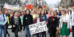 La jeune activiste suédoise Greta Thunberg (17 ans) ici, avec sa célèbre pancarte lors d'une manifestation à Bruxelles le 21 février dernier, entraîne les lycéennnes et lycéens européens dans des grèves pour le climat avec ses émules belges (telle Anuna De Wever, 17 ans également, ici à sa droite) et anglaises.