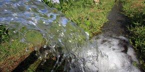 Un arrêté de 2010, revu à plusieurs reprises, a enfin autorisé l'utilisation des eaux usées pour irriguer des espaces verts et des parcelles agricoles. Mais les conditions d'utilisations imposées restent trop exigeantes et donc coûteuses pour les agriculteurs.