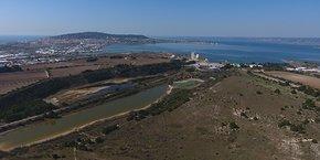 L'ancien site de la cimenterie Lafarge, au bord de l'étang de Thau, bientôt reconvertie en site à vocation sport, loisirs et développement économique