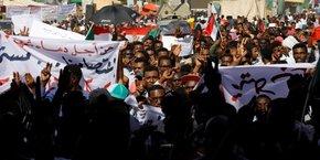 A Khartoum, la capitale soudanaise, les manifestations se tiennent jour et nuit et depuis le 6 avril devant le siège du ministère de la Défense.