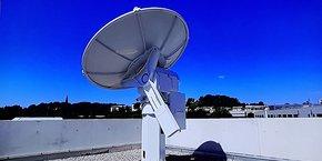 La station TT&C offerte par l'équipementier français Zodiac Data Systems, est installée sur le toit du Centre spatial universitaire de Montpellier.