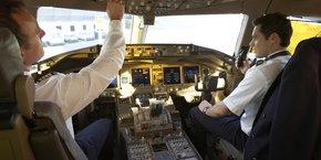 Un équipage d'Air France, commandant de bord à gauche, copilote à droite