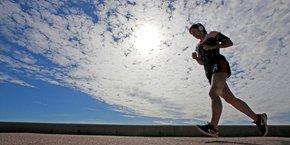 La ministre de la Santé se dit très inquiète de voir des citoyens assez irresponsables continuer de faire leur jogging entre midi et deux heures, ajoutant que ce sont ces personnes-là qui, in fine, vont se retrouver dans les urgences. (Photo d'illustration: jogging sur la Corniche, à Marseille)