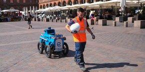 Sidene suit à la trace son opérateur tuteur dans les rues de Toulouse.