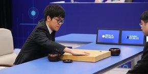 Une des intelligences artificielles de DeepMind, baptisée Alpha Go, a battu les meilleurs champions du jeu de go, jeu réputé pour son extrême complexité.