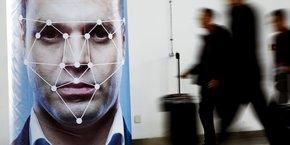 La reconnaissance faciale soulève de nombreuses inquiétudes quant aux potentielles atteintes à la vie privée, utilisations détournées ou fuites des données biométriques.