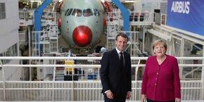 Emmanuel Macron et Angela Merkel ont rendu visite aux salariés de la chaîne d'assemblage de l'A350 à Toulouse.