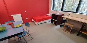 Les 153 studios de la résidence étudiante sont équipés avec des meubles d'occasion.