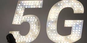 La 5G, qui offre de très hauts débits, une latence (le temps de réponse du réseau lorsqu'on le sollicite) très faible et la capacité de connecter des myriades d'objets, promet de révolutionner de nombreux domaines comme les transports, la santé ou l'énergie.