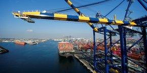Le fret passant par le port californien est estimé à plus de 380 milliards de dollars et l'activité économique génère plus de trois millions d'emplois américains, indique un communiqué.