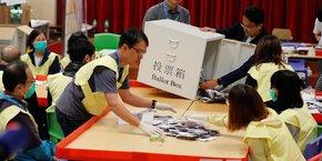 Un bureau de vote à Hong Kong au moment du dépouillement.