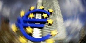 Copyright Reuters. L'euro trop fort inquiète le gouvernement, les patrons... et le web.