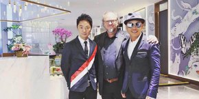 Yannick Kraemer, entouré des responsables d'un salon inauguré à Chengdu, en Chine.