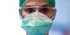 Coronavirus / Covid-19 : un soignant porte un masque et des lunettes, dans un hôpital en Italie