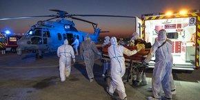 Depuis le 28 mars, les évacuations en hélicoptère de patients atteints du Covid-19 vers des hôpitaux français et étrangers disponibles se sont multipliées