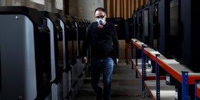 L'imprimante 3D permet de fabriquer n'importe quel objet à la demande et s'avère fort utile en cas de pénurie. A Paris, près de l'hôpital Cochin, soixante imprimantes 3D fabriquent des visières pour les soignants et des valves pour les respirateurs. Le DIY (Do It Yourself) va prendre de plus en plus d'importance.
