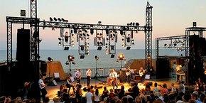 Avec une jauge de 1.500 personnes, le Théâtre de la Mer, théâtre de plein air sur le rivage de la Méditerranée et haut lieu des festivités sétoises, en est réduit à accueillir le tiers de son public.