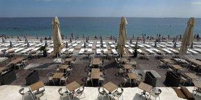 Sur une plage privée de la Promenade des Anglais, à Nice, le 30 mai 2020, les tables et transats sont alignés selon les recommandations de distanciation sociale consécutives à l'épidémie de Covid-19, afin d'être prêts pour la levée des restrictions de déplacements dans l'Hexagone mardi 2 juin.