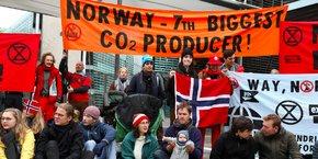 Manifestation du groupe Extinction Rebellion contre les énergies fossiles (ici, à Berlin, le 11 octobre 2019, devant l'ambassade de Norvège).