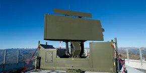 Conçu pour protéger les points stratégiques ou les forces déployées en territoires extérieurs, le Ground Master 400 est un système, qui permet la détection des menaces aériennes à toute altitude