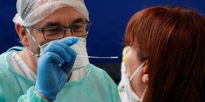 Pour limiter les contaminations, le premier ministre Jean Castex envisage de développer le port du masque.