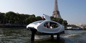SeaBubbles effectue une démonstration de son taxi volant sur la Seine, à Paris, le 22 mai 2018.
