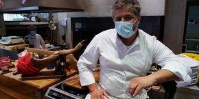 Photo d'illustration. Roland Schembri, propriétaire de restaurant à Marseille, pose lors d'un interview avec Reuters, après que les autorités ont annoncé la fermeture des bars et restaurants pendant deux semaines à Marseille et à Aix pour limiter la propagation du Covid-19.