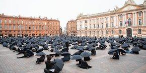 Un millier de chefs d'entreprise de secteurs jugés 'non-essentiels' se sont réunis à Toulouse le 6 novembre, pour témoigner de leur mécontentement contre les mesures prises par le gouvernement.