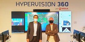 Olivier Sarlat et Alix Roumagnac, le 16 novembre, dans le centre Hypervision 360 de Veolia à Montpellier, pour sceller un partenariat destiné à protéger les infrastructures hydrauliques de Veolia dans le sud de la France.