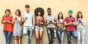 Yubo s'adresse aux jeunes de 13 à 25 ans et leur donne la possibilité de créer ou de participer à des groupes de discussions par thèmes, menant éventuellement à une rencontre. Sa particularité est de proposer des vidéos en live, tout en donnant la possibilité aux utilisateurs d'interagir entre eux en direct via un tchat.