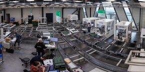 Près de Nantes, avec le concours d'Europe Technologies, LivingPackets vient de créer une ligne de production semi-automatisée capable de fabriquer 100.000 box par an. Un démonstrateur voulu pour promouvoir sa capacité à créer des chaines de production in situ pour produire à termes des millions de box intelligentes et recyclables.
